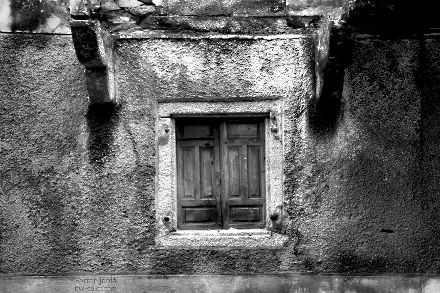 an old window / una vella finestra