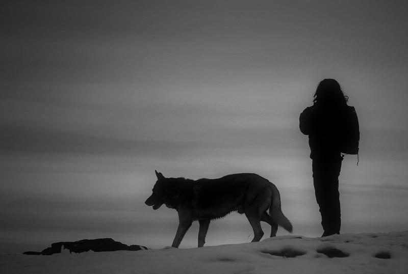 Dona i gos en algun racó del món proper al cel