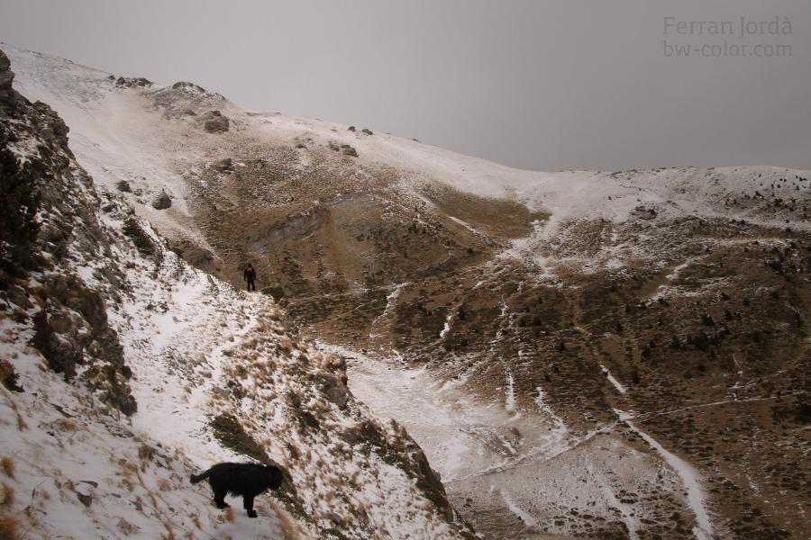 walking between mountains / caminant entre muntanyes