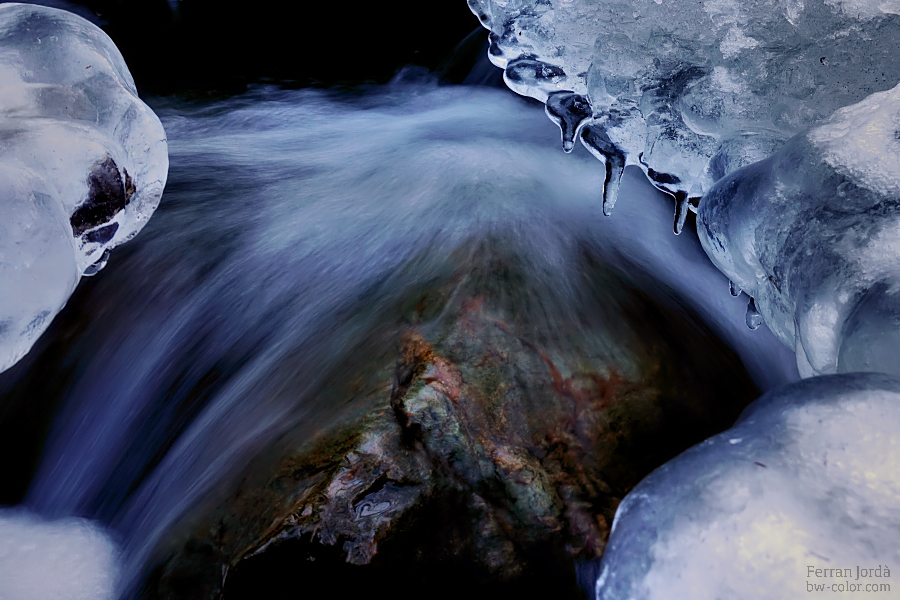 frozen ice and the flowing water / gel congelat i l'aigua que flueix