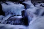 flowing water and the frozen ice / l'aigua que flueix i gel congelat