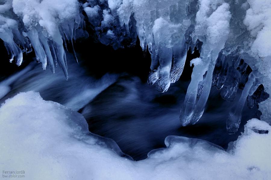 flowing water under frozen ice / aigua fluint sota gel congelat